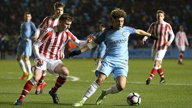 Gelandang Manchester City, Jadon Sancho, saat tampil melawan Stoke City pada laga Premier League U-23 di Stadion Ettihad, Manchester, Kamis (18/5/2017). (Manchester City)