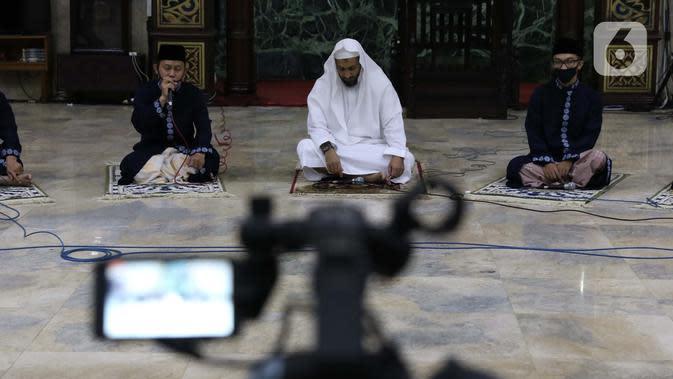 Para Imam Masjid Agung Sunda Kelapa menggemakan takbir malam Idul Fitri 1441 H yang disiarkan langsung melalui beragam media sosial, Jakarta, Sabtu (23/5/2020). Gema takbir yang disiarkan secara virtual untuk menghindari penyebaran virus COVID-19. (Liputan6.com/Helmi Fithriansyah)