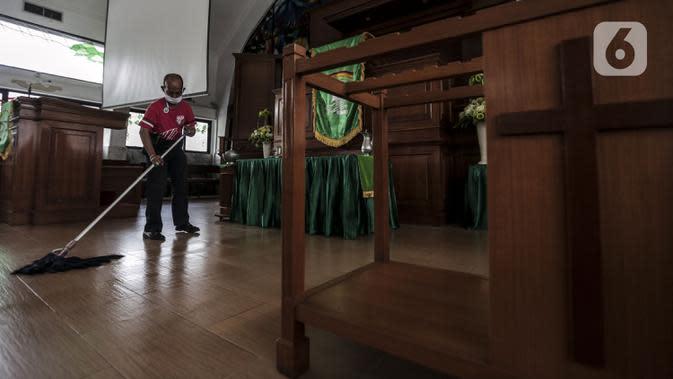 Karyawan mengepel lantai untuk menyambut kenormalan baru di Gereja Protestan Indonesia Bagian Barat (GPIB) Effatha, Jakarta, Sabtu (4/7/2020). GPIB Effatha menerapkan protokol kesehatan seiring kembali dibukanya gereja tersebut untuk ibadah di tengah pandemi COVID-19. (Liputan6.com/Johan Tallo)