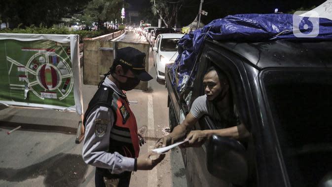 Petugas Dishub memeriksa memeriksa pengemudi kendaraan di perbatasan Karawang-Cikarang, Bekasi, Jawa Barat, Sabtu (23/5/2020). Razia tersebut dilakuan untuk menyekat gelombang pemudik dari Jakarta menuju Jawa Tengah jelang Hari Raya Idul Fitri. (Liputan6.com/Johan Tallo)