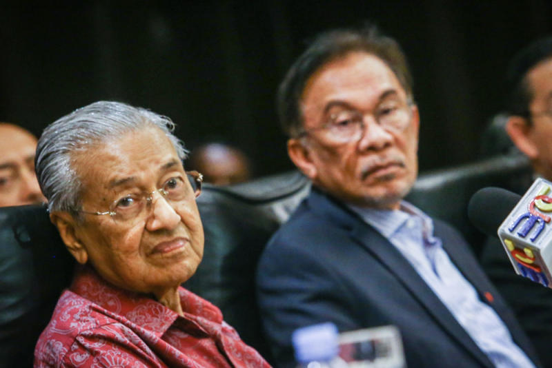 Prime Minister Tun Dr Mahathir Mohamad and PKR president Datuk Seri Anwar Ibrahim during a press conference with Pakatan Harapan and Warisan MPs in Shah Alam October 6, 2019. — Picture by Hari Anggara