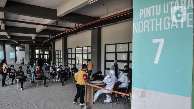 Antrean warga untuk mengikuti rapid test Covid-19 di Stadion Patriot Candrabhaga, Bekasi, Jawa Barat, Rabu (23/9/2020). Rapid test yang digelar secara gratis oleh Pemkot Bekasi tersebut mampu memeriksa hingga 150 orang tiap harinya guna melacak kasus Covid-19 di Bekasi. (merdeka.com/Iqbal Nugroho)