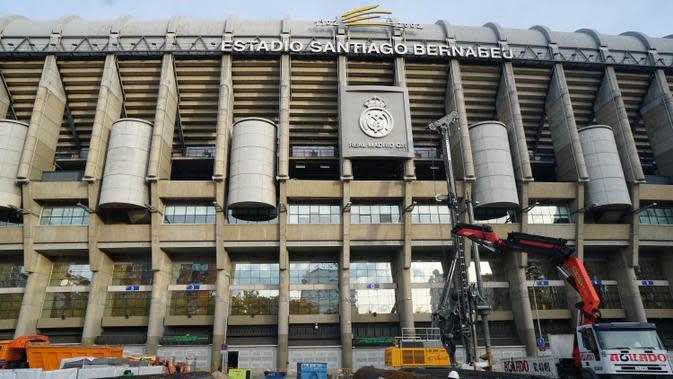 Markas Real Madrid, Santiago Bernabeu tengah direnovasi. Biaya perbaikan stadion ini diperkirakan mencapai Rp8 Triliun. Santiago Bernabeu berada di pusat kota dan dikelilingi gedung apartemen dan pertokoan (Liputan6.com/Marco Tampubolon)