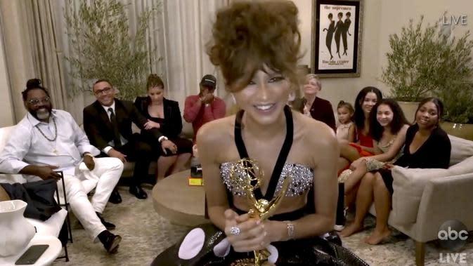 Emmy Awards 2020 Digelar Virtual, Para Selebritas Pakai Piyama hingga Ball Gown