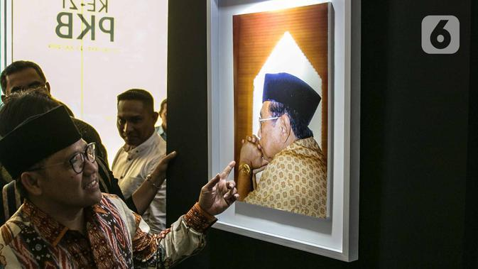 Ketua Umum PKB Muhaimin Iskandar meninjau pameran Satu Dekade Haul Presiden ke IV Republik Indonesia KH Abdurrahman Wahid atau Gus Dur di Kantor DPP PKB, Jakarta, Rabu (15/1/2020). Pameran sekaligus lomba foto ini diikuti oleh puluhan fotografer dari seluruh Indonesia. (Liputan6.com/Faizal Fanani)
