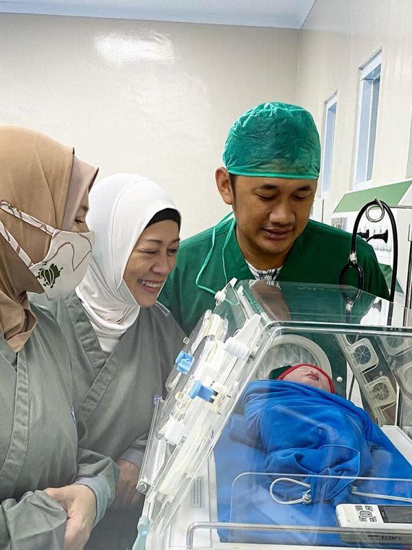 Dalam keterangan foto yang dibagikan sutradara kondang tersebut, anak kelima berjenis kelamin laki-laki itu lahir di Rumah Sakit JIH-Sleman, Yogyakarta dan di beri nama Bhaj Kama Bramantyo. (Instagram/hanungbramantyo)