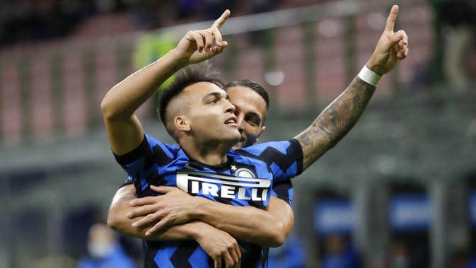 Striker Inter Milan, Lautaro Martinez, melakukan selebrasi usai mencetak gol ke gawang Fiorentina pada laga Seria A di Stadion Giuseppe Meazza, Minggu (27/9/2020). Inter Milan menang dengan skor 4-3. (AP/Luca Bruno)