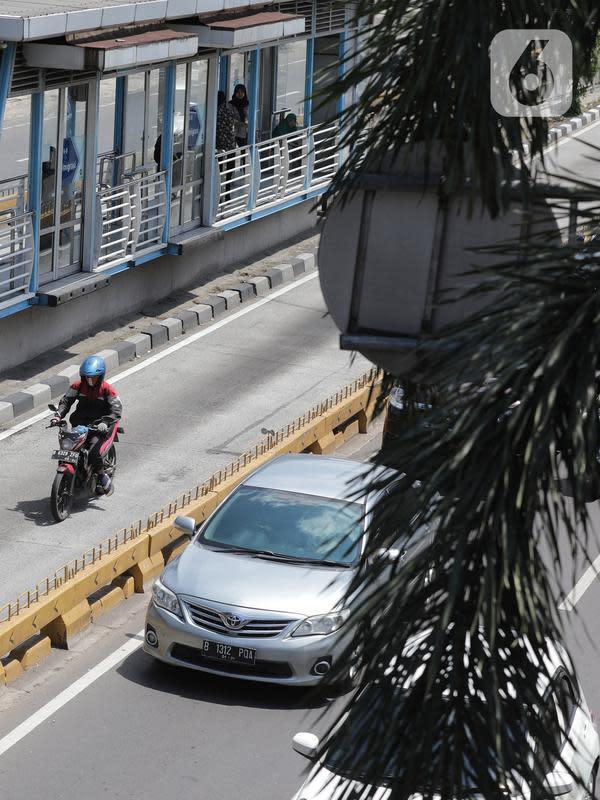 Pengendara roda dua menerobos jalur Transjakarta di Jalan Buncit Raya, Jakarta, Selasa (14/1/2020). Polda Metro Jaya memasang kamera untuk tilang elektronik yang terpasang di jalur TransJakarta wilayah Jakarta Selatan, yakni ruas Duren Tiga dan Imigrasi. (Liputan6.com/Herman Zakharia)