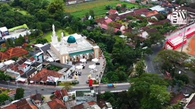 Rumah mewah presenter Ovi Dian terletak di di Blitar, Jawa Timur. Meski sebagai anak pengusaha kaya, Ovi tetap bekerja untuk bisa mendapatkan uang dari jerih payahnya sendiri. Hal itu juga sesuai dengan didikan mamanya yang selalu mengajarkan putrinya mandiri. (Youtube/Boy William)