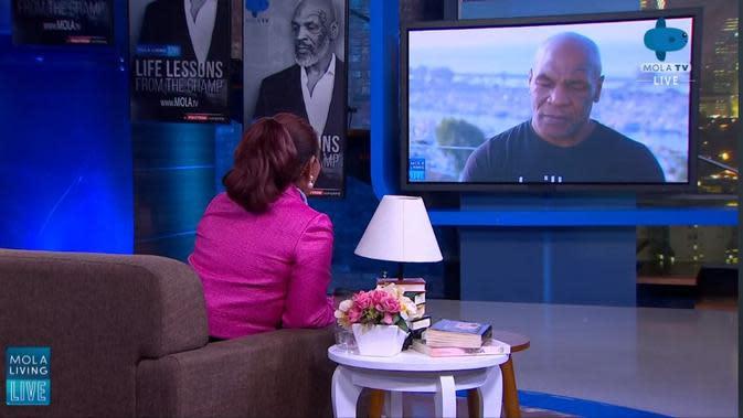 Susi Pudjiastuti berdiskusi dengan Mike Tyson pada acara yang diselenggarakan Mola TV. (Dok Mola TV)