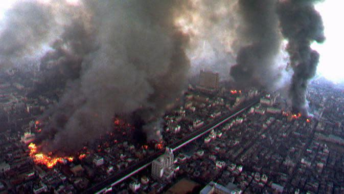 File foto pada 17 Januari 1995 menunjukkan asap mengepul dari beberapa daerah di Kobe setelah bangunan terbakar dipicu oleh gempa kuat yang melanda wilayah luas Jepang barat. (Kyodo News via AP, File)