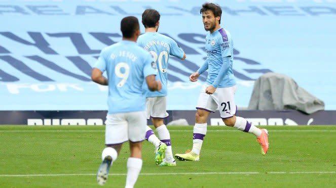 David Silva dan pemain Manchester City merayakan gol
