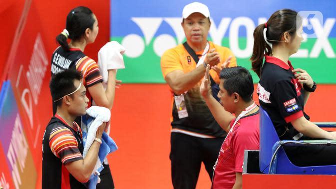 Ganda campuran Indonesia, Hafiz Faizal/Gloria Emanuelle Widjaja menerima arahan pelatih saat berlaga di babak pertama Indonesia Master 2020 melawan Zheng Si Wei/Huang Ya Qiong (China) di Istora GBK, Jakarta, Selasa (14/1/2020). Hafiz/Gloria kalah 14-21, 13-21. (Liputan6.com/Helmi Fithriansyah)