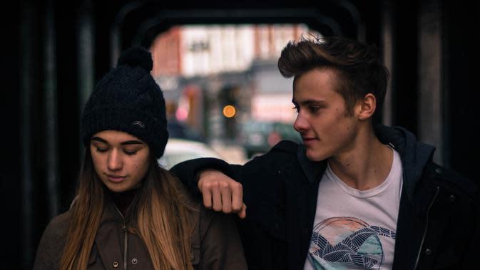 Nggak usah peduli dengan omongan orang, yakinkan dan niatkan saja hubunganmu dengannya tetap langgeng meskipun sudah bertahun-tahun pacaran. (Ilustrasi: Pexels.com/Trinity Kubassek)