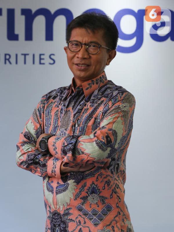 Direktur PT Trimegah Sekuritas Indonesia Tbk Syafriandi Armand Saleh saat sesi foto usai acara RUPST Trimegah Sekuritas di Jakarta, Rabu (26/8/2020). Perusahaan mencatatkan kinerja positif pada 2019 dana kelolaan hingga Rp 2,08 triliun, tumbuh 15% dari tahun lalu. (Liputan6.com/Fery Pradolo)