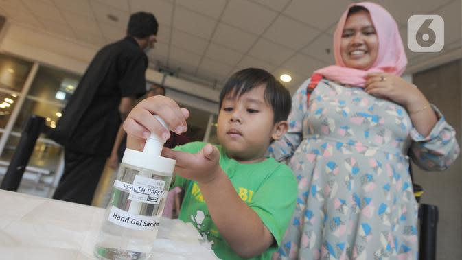 Pengunjung Mall Ikea Alam Sutera memakai hand sanitizer untuk mengantisipasi penyebaran vius corona COVID-19, Tangerang Selatan, Banten, Kamis (12/3/2020). Hingga hari ini, kasus virus corona secara global telah menembus angka 121 ribu orang. (merdeka.com/Arie Basuki)