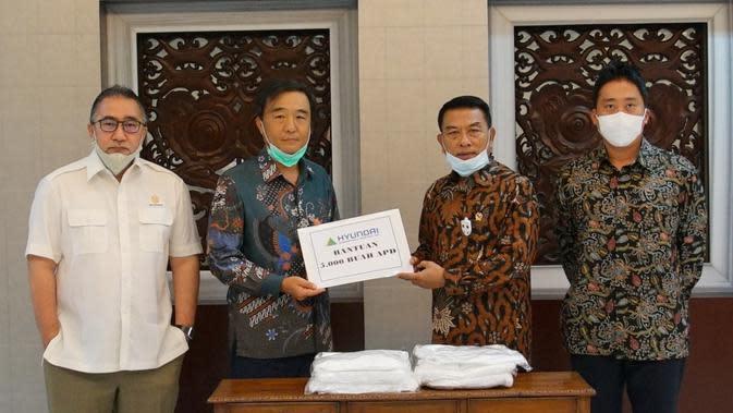 Kepala Kantor Staf Kepresidenan, Moeldoko menerima donasi Hyundai yaitu 5.000 APD untuk bantu basmi Corona Covid-19 (istimewa)