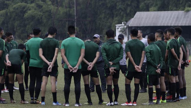 Pemain Timnas Indonesia U-19 mendengarkan arahan Pelatih Fakhri Husaini usai latihan di Stadion Padjadjaran, Bogor, Kamis (26/9). Latihan ini merupakan persiapan jelang kualifikasi Piala Asia 2020. (Bola.com/Yoppy Renato)