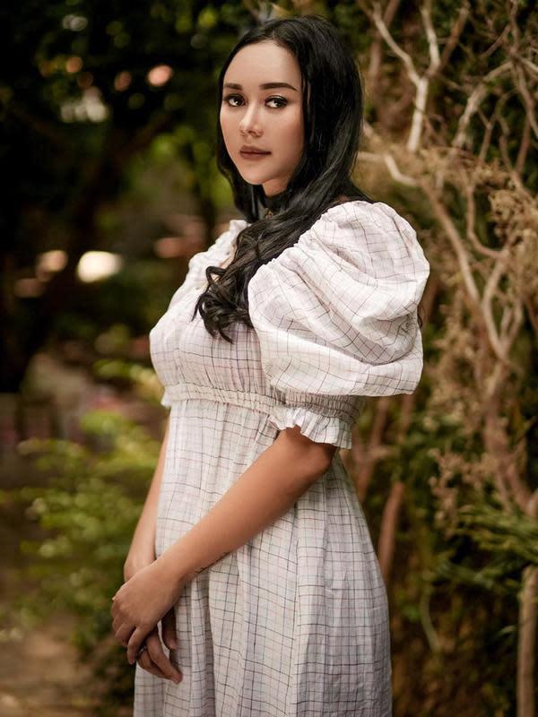 Gaya Aura Kasih Dalam Balutan Nuansa Vintage. (Sumber/jiangvivienne)