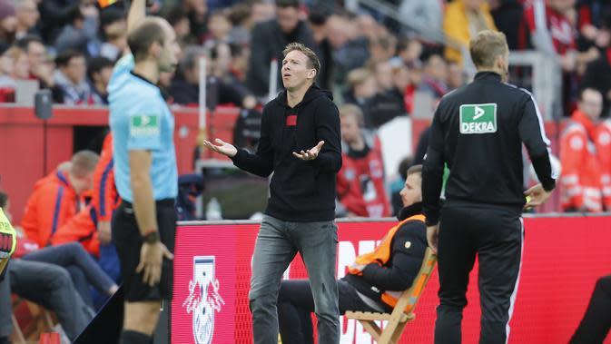 Pelatih Leipzig, Julian Nagelsmann (tengah) saat menemani skuatnya bersua Bayer Leverkusen, Sabtu (5/10/2019). (AFP / Leon Kuegeler)