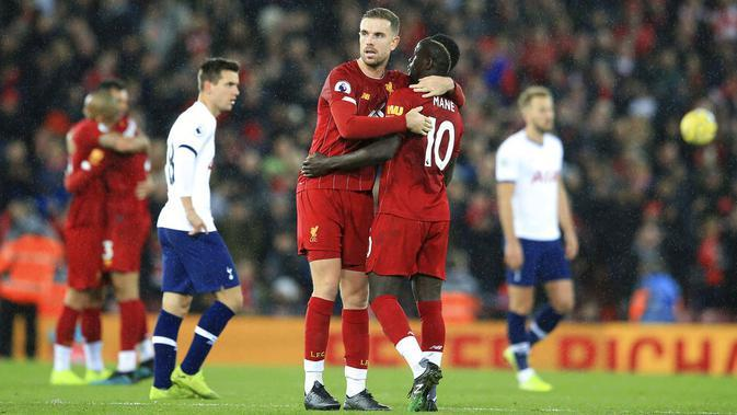 Pemain Liverpool, Sadio Mane dan Jordan Henderson merayakan kemenangan atas Tottenham Hotspur pada laga Premier League 2019 di Stadion Anfield, Minggu (27/10). Liverpool menang 2-1 atas Tottenham Hotspur. (AP/Jon Super)