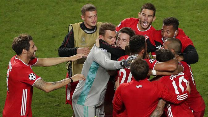 Pemain Bayern Munchen memeluk Manuel Neuer usai menjuarai Liga Champions di Stadion The Luz, Portugal, Senin (24/8/2020). Bayern Munchen berhasil menjadi juara usai menaklukkan PSG 1-0. (AP/Manu Fernandez, Pool)