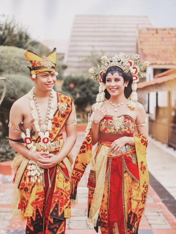 Belum Menikah, 7 Seleb Ini Tampil Memukau Saat Kenakan Baju Pengantin. (Sumber: Instagram/awkarin)
