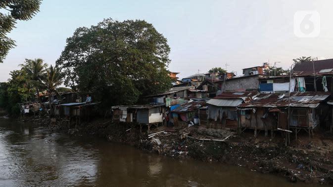 Suasana bantaran sungai Ciliwung, Pemukimannya, Manggarai, Jakarta, Selasa (29/9/2020). Irjen Kemenkeu Sumiyati mengatakan Pengangguran dan juga angka kemiskinan diperkirakan akan naik cukup signifikan. (Liputan6.com/Johan Tallo)
