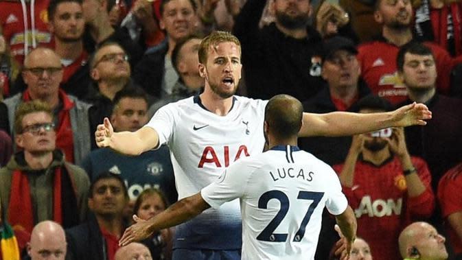 Dua pemain Tottenham Hotspur, Harry Kane dan Lucas Moura, merayakan gol ke gawang Manchester United pada laga Premier League, di Old Trafford, Senin (27/8/2018). (AFP/Oli Scarff)