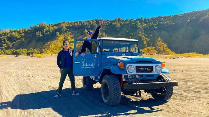 Nah ini adalah momen saat keduanya berada di kawasan Bromo. Seperti pengunjung lainnya, Syahrini dan Reino juga menggunakan mobil jeep selama di kawasan wisata tersebut. (Instagram/reinocarack)