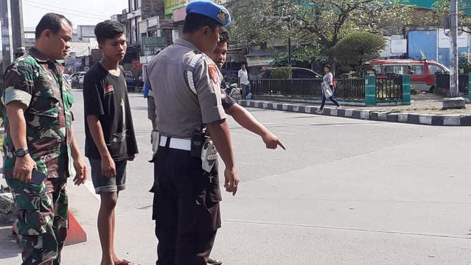 Usai melompat dari atas Fly Over Jamin Ginting, pria tersebut tergeletak di jalan. Belakangan, warga dan pengguna jalan yang melakukan pertolongan mengetahui bahwa pria tersebut mengenakan seragam polisi.