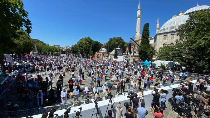 Umat Muslim berdoa saat menunaikan salat Jumat di distrik bersejarah Sultanahmet dekat situs bersejarah Hagia Sophia, di Istanbul, Jumat (24/7/2020). Hari ini, Hagia Sophia menyambut umat Islam melaksanakan salat Jumat pertama dalam 86 tahun.(AP Photo/Yasin Akgul)