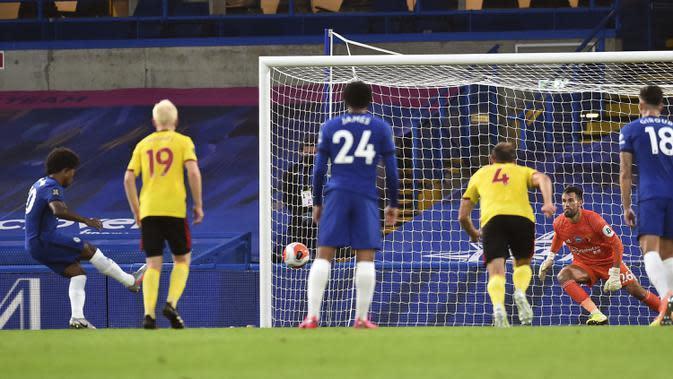 Pemain Chelsea Willian (kiri) mencetak gol ke gawang Watford pada pertandingan Premier League di Stadion Stamford Bridge, London, Inggris, Sabtu (4/7/2020). Chelsea menang 3-0 dan kembali menggeser Manchester United dari posisi empat klasemen. (Glynn Kirk/Pool via AP)