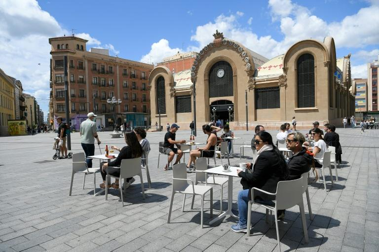Keen to catch up after two months in lockdown, people ventured out to enjoy the sun at a Tarragona restaurant