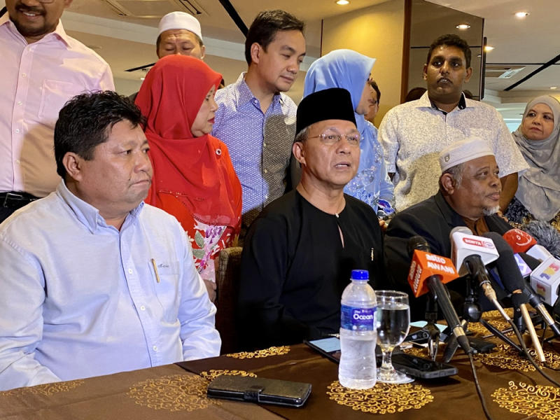 Newly-minted Johor Mentri Besar Datuk Hasni Mohammad (centre) said state ruler Sultan Ibrahim Iskandar had used his prerogative under the Johor State Constitution 1895 to appoint him as the mentri besar. — Picture by Ben Tan