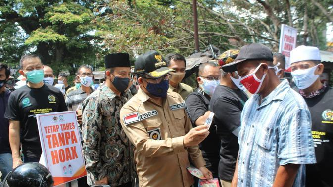 Walikota Malang Sutiaji bersama para wartawan yang tergabung dalam PWI (Persatuan Wartawan Indonesia) Malang Raya membagikan masker di Pasar Burung Splindid Kota Malang
