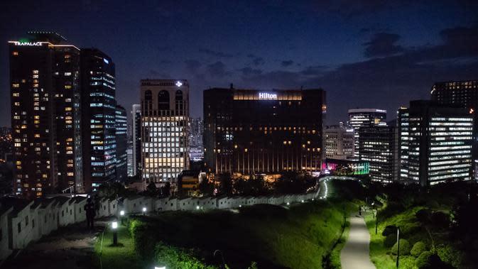 Pemandangan kota di malam hari yang terlihat dari Plaza Baekbeom, Seoul, Korea Selatan, 11 Juni 2020. Seoul, ibu kota sekaligus kota terbesar di Korea Selatan, merupakan kota metropolitan yang dinamis dengan kombinasi antara budaya kuno dan modern. (Xinhua/Wang Jingqiang)
