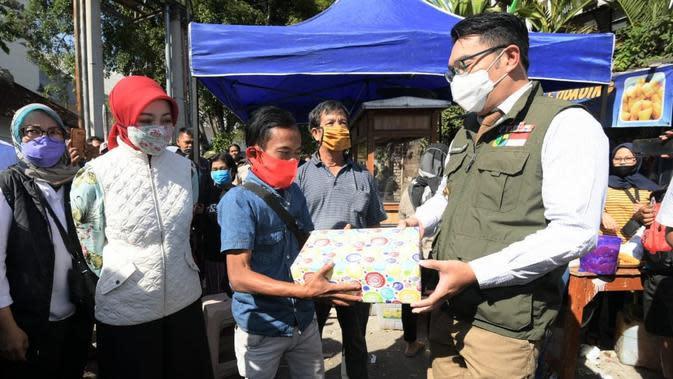 Gubernur Jawa Barat Ridwan Kamil mengunjungi Odading Mang Oleh sekaligus memberikan hadiah kepada Ade Londok di kawasan Baranangsiang, Kosambi, Kota Bandung, Rabu (16/9/2020). (Foto: Humas Jabar)