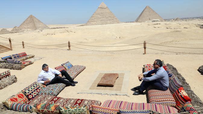Menteri Pariwisata dan Kepurbakalaan Mesir Khaled al-Anany (kanan) bertemu dengan Sekretaris Jenderal Organisasi Pariwisata Dunia Perserikatan Bangsa-Bangsa (UNWTO) Zurab Pololikashvili di dekat Piramida Giza di Giza, Mesir, pada 25 Agustus 2020. (Xinhua/Ahmed Gomaa)