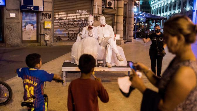 Para peserta yang berpakaian patung tampil dalam Statue Fest 2020 dengan tema