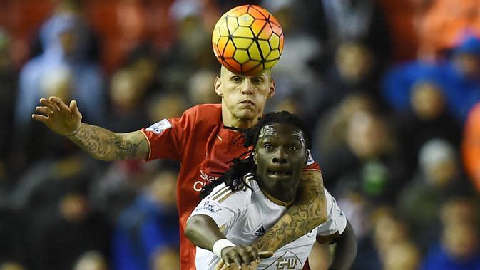 Bafetimbi Gomis (kanan) saat memperkuat Swansea City. (AFP Photo/Paul Ellis)