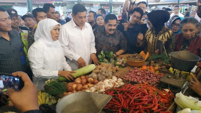 Gubernur Jawa Timur didampingi Wali Kota Kediri Abdullah Abu Bakar melakukan sidak di Pasar Pahing Kota Kediri Jawa Timur. (Liputan6.com/ Dian Kurniawan)