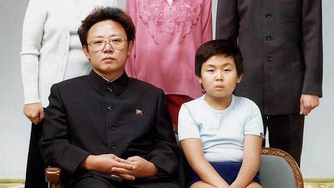 Foto yang diambil pada tanggal 19 Agustus 1981 dan dirilis ke AFP pada tahun 2000 menunjukkan pemimpin Korea Utara Kim Jong-Il bersama anaknya, Kim Jong-Nam saat potret keluarga di Pyongyang. (AFP PHOTO / Handout / - South Korea OUT - North Korea OUT)