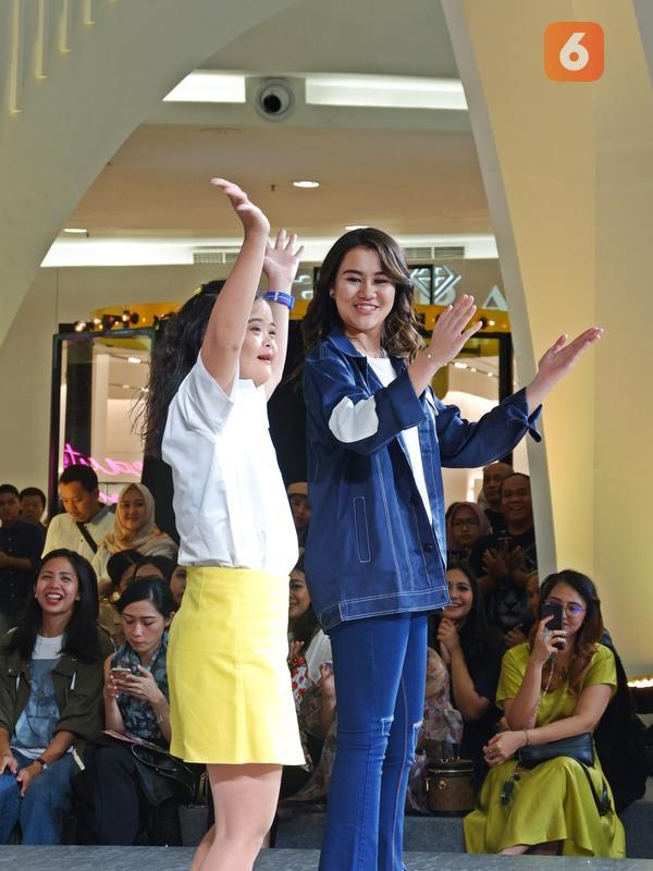 Penyandang disabilitas di runway Jakarta Fashion Week (JFW) 2020. (Liputan6.com/Asnida Riani)