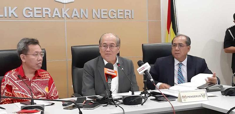 Datuk Amar Douglas Uggah (centre), with Minister of Local Government and Housing Datuk Seri Dr Sim Kui Hian (left) and State Secretary Datuk Amar Jaul Samion, speaking to reporters in Kuching January 29, 2020. ― Picture by Sulok Tawie