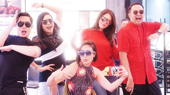 Penampilan Luna Maya, Ayu Dewi dan Melaney Ricardo si Geng Menteri Ceria yang kece banget. (mrsayudewi/instagram)