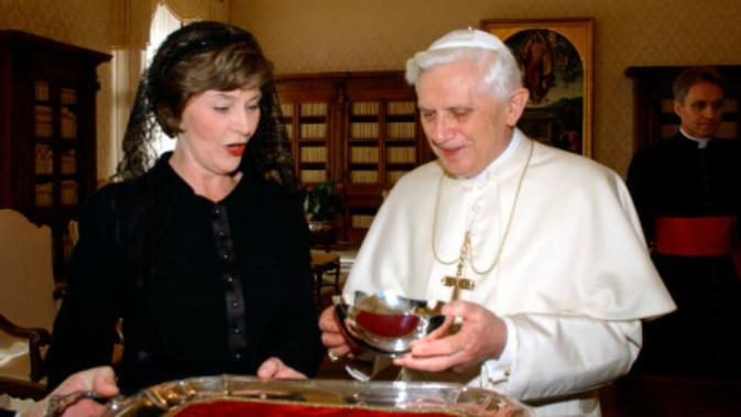 Laura Bush saat bertemu Paus Benediktus XVI di Vatikan pada 2006 (AP Photo)