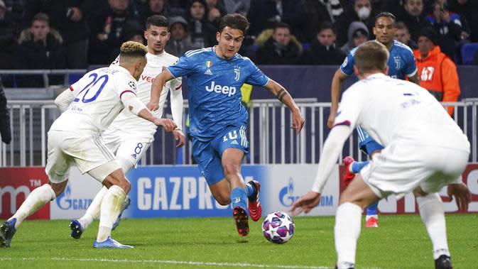 Penyerang Juventus, Paulo Dybala, berusaha melewati pemain Lyon pada laga Liga Champions di Stadion Parc Olympique Lyonnais, Kamis (27/2/2020). Lyon menang 1-0 atas Juventus. (AP/Laurent Cipriani)