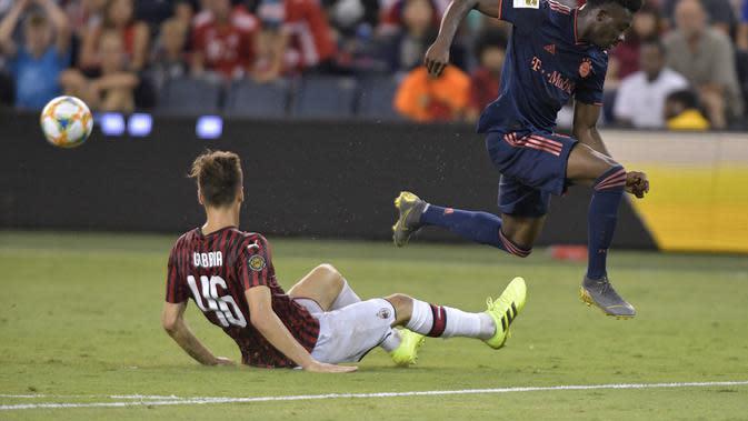 Aksi pemain muda AC Milan, Matteo Gabbia saat melawan Bayern Munchen. (Tim VIZER / AFP)