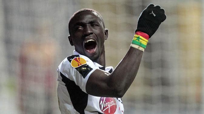 Papiss Cisse, pada musim 2011/12, striker Senegal ini berhasil mencetak 13 gol dari 14 penampilan bersama Newcastle. Namun musim selanjutnya dari 36 penampilan hanya delapan gol yang bisa diraihnya. (AFP/Graham Stuart)